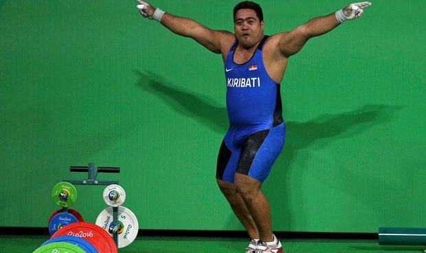 Forrás: The Guardian (https://www.theguardian.com/world/2016/aug/16/kiribati-weightlifter-dances-to-highlight-climate-change-rio-olympics)